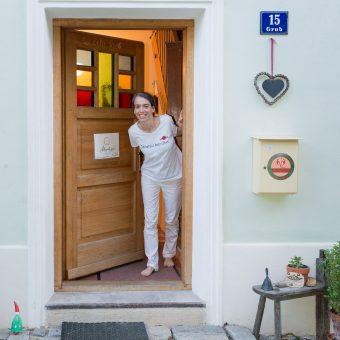 Carina Kraft schaut zur Tür raus