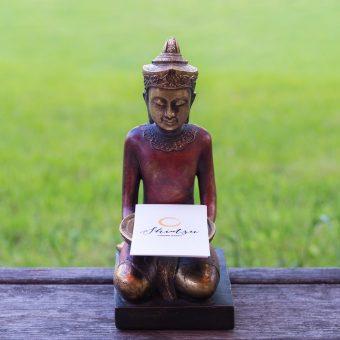 asiatische Figur hält Visitenkarten